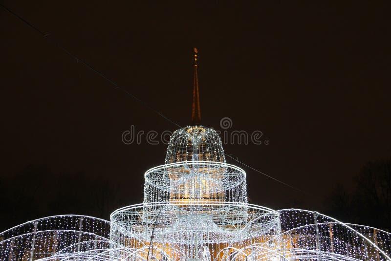 Decorações do Natal da cidade sob a forma de uma fonte leve fotos de stock