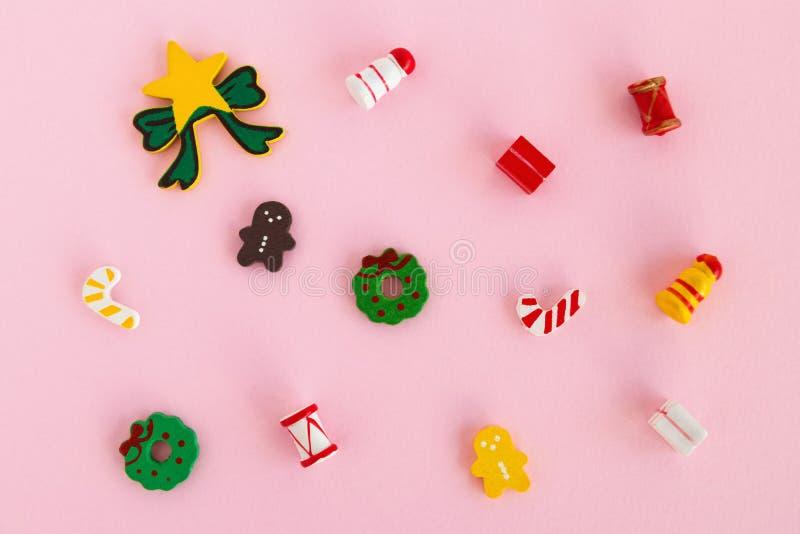 Decorações do Natal de madeira colorido e do ano novo em um fundo cor-de-rosa, vista superior foto de stock