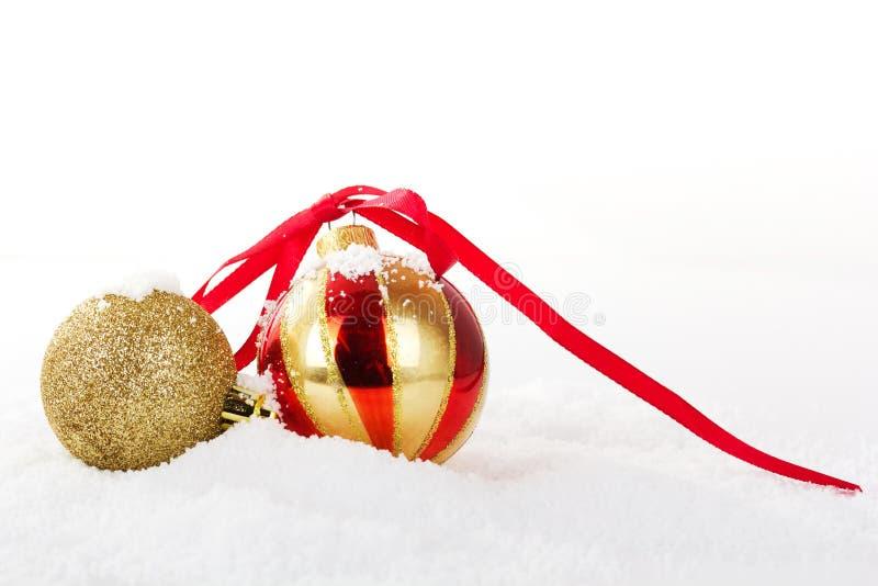 Decorações do Natal do ouro na neve branca para o fundo foto de stock royalty free
