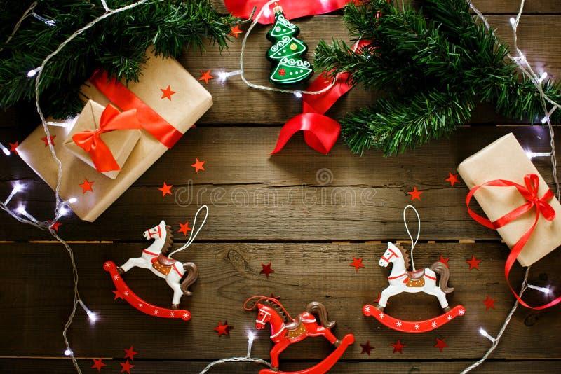 Decorações do Natal em cores vermelhas e verdes tradicionais fotografia de stock royalty free