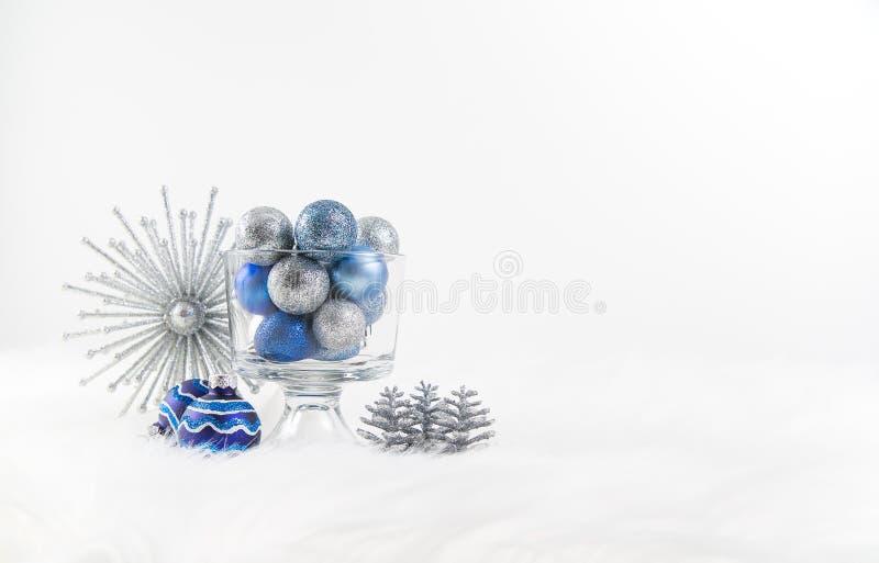 Decorações do Natal em de prata e em azul fotografia de stock royalty free