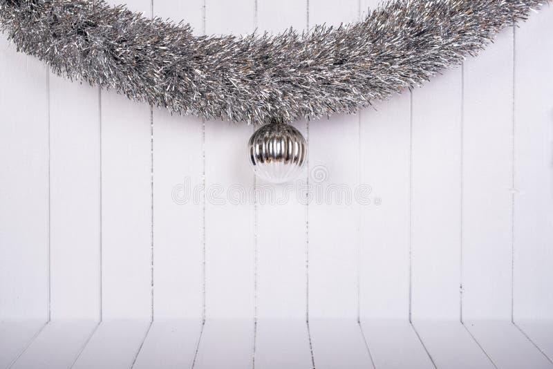 Decorações do Natal em um fundo branco - foco seletivo, espaço da cópia foto de stock