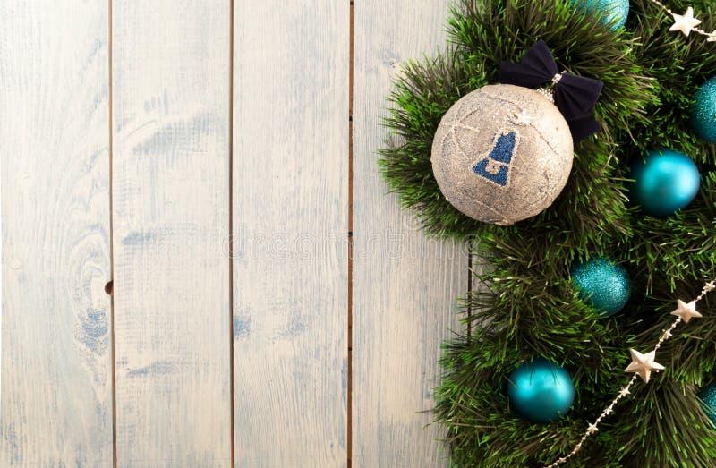 Decorações do Natal em um fundo de madeira imagem de stock