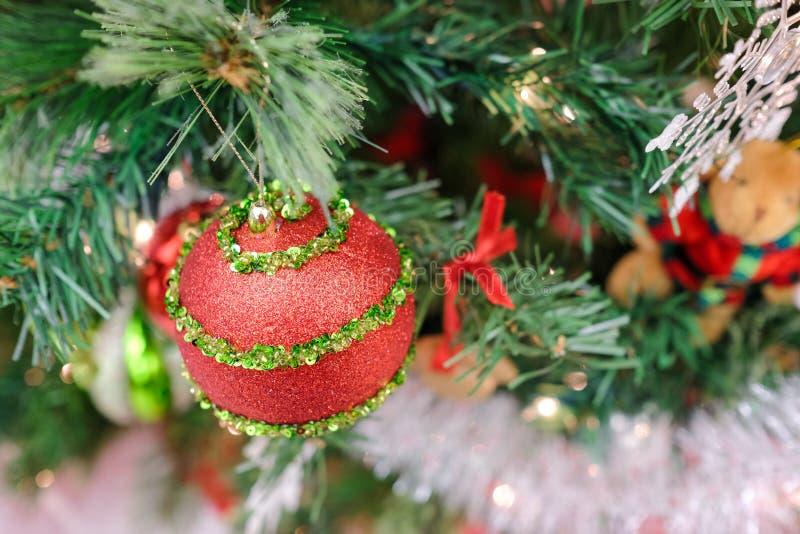 Decorações do Natal em uma árvore imagem de stock