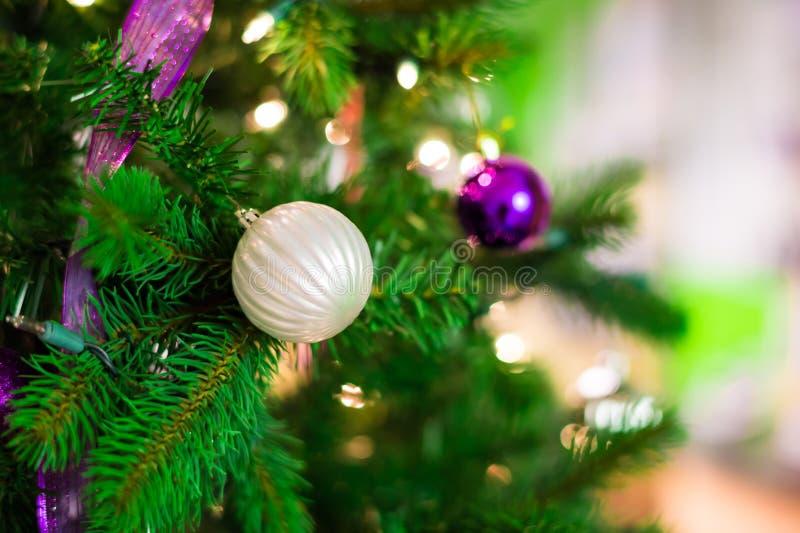 Decorações do Natal em uma árvore imagens de stock