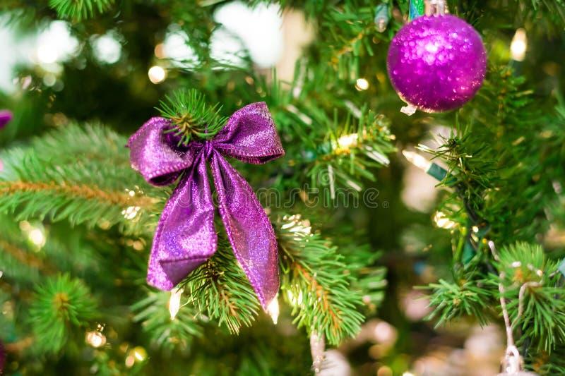 Decorações do Natal em uma árvore fotografia de stock royalty free