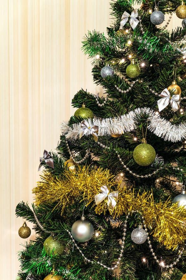 Decorações do Natal em uma árvore de abeto verde com com luz do diodo emissor de luz fotografia de stock royalty free