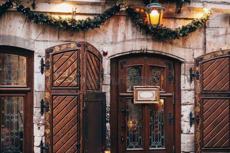 Decorações do Natal, luzes da festão e lanterna à moda no sto fotografia de stock royalty free