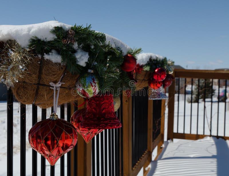 Decorações do Natal na plataforma coberta na neve fotos de stock