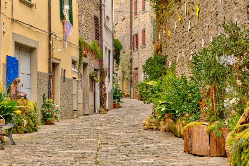 Decorações do Natal na vila medieval italiana imagem de stock royalty free