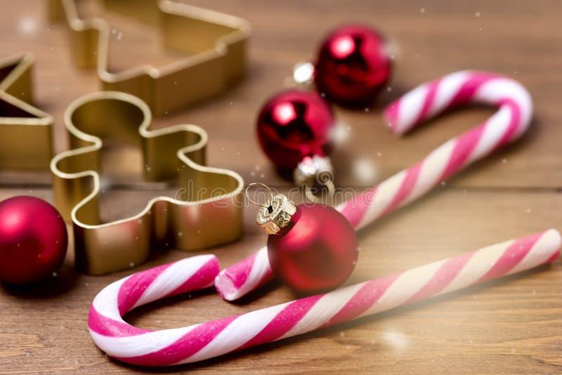 Decorações do Natal no fundo de madeira de Cane Christmas Toys Holiday Festive dos doces do fundo ou em horizontal do cartão toni imagens de stock