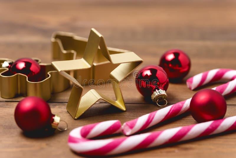 Decorações do Natal no fundo ou no cartão de madeira de Cane Christmas Toys Holiday Festive dos doces do fundo horizontal fotos de stock