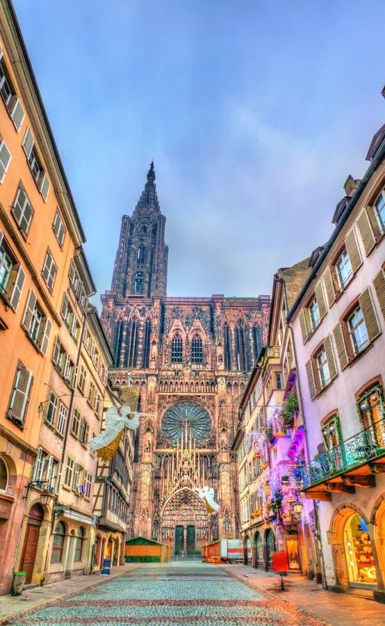 Decorações do Natal perto da catedral em Strasbourg, França fotografia de stock