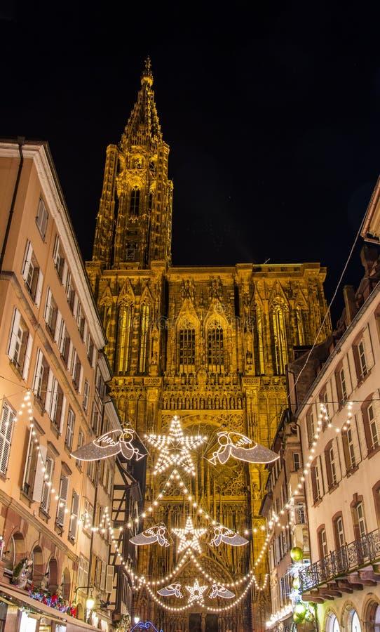 Decorações do Natal perto da catedral - Strasbourg foto de stock royalty free