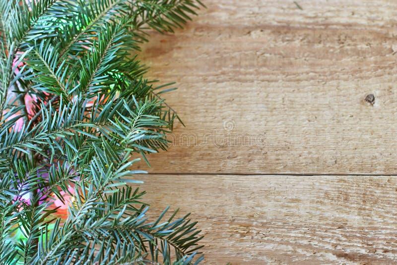 Decorações do Natal - ramos de árvores coníferas com decorações em um fundo de madeira fotografia de stock