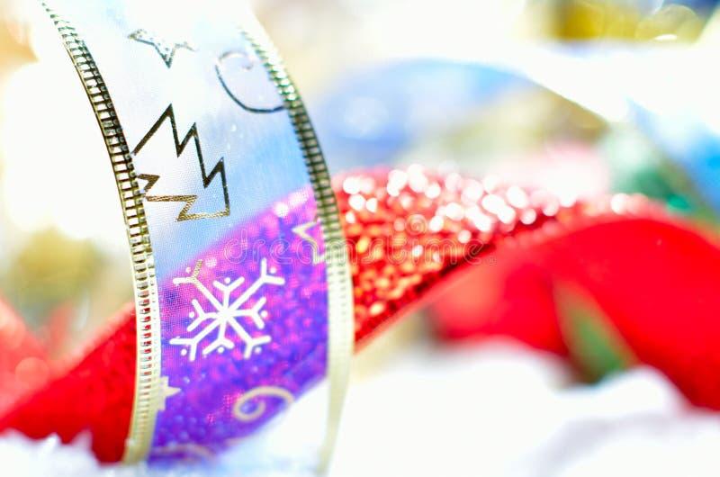 Decorações do Natal sobre a neve foto de stock