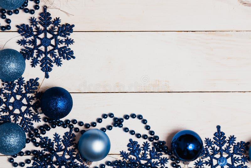 Decorações do Natal sobre o fundo branco Configuração lisa, vista superior fotos de stock