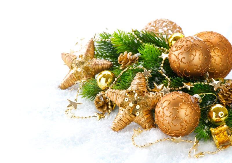 Decorações do Natal sobre o fundo branco da neve imagem de stock royalty free
