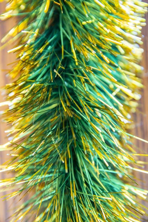 Decorações do Natal do Natal - uma festão em um fundo de madeira fotos de stock