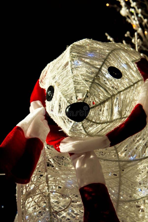Decorações do Natal, urso polar da jarda exterior com lenço fotos de stock royalty free