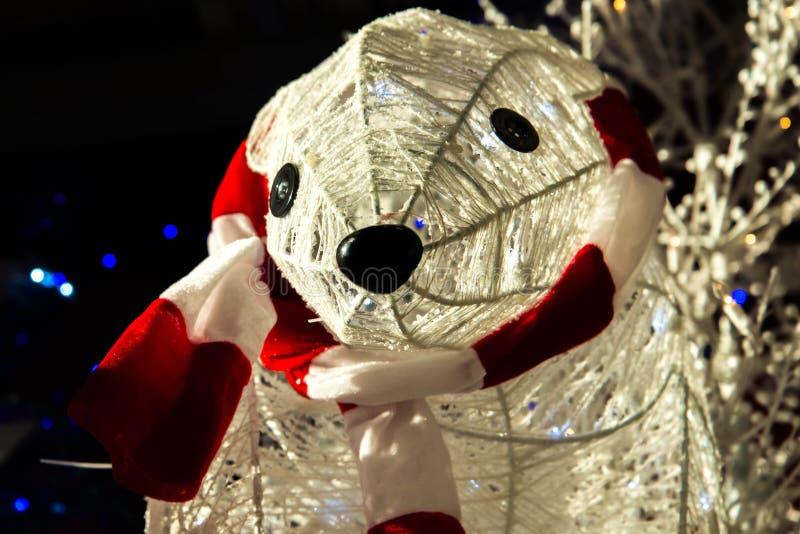 Decorações do Natal, urso polar da jarda exterior com lenço fotos de stock