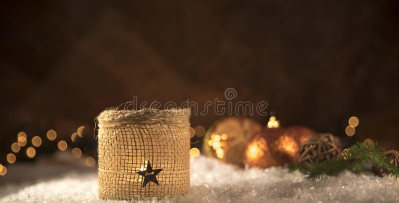 Decorações do Natal Vela com esferas douradas foto de stock