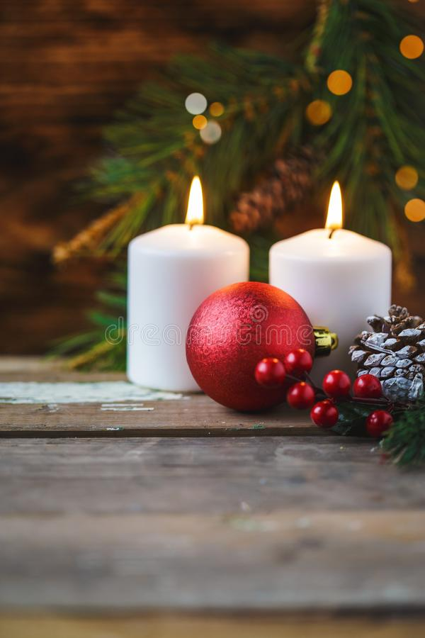 Decorações do Natal, velas ardentes, abeto vermelho em um fundo de madeira Conceito do `s do ano novo postcard imagem de stock royalty free