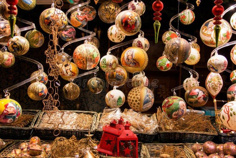 Decorações douradas bonitas da bola do Natal, projetos feitos à mão luxuosos, bolas da árvore de Christian European Christmas foto de stock