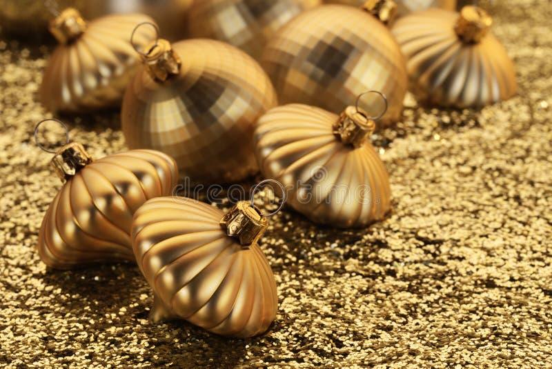 Decorações douradas do Natal fotos de stock royalty free