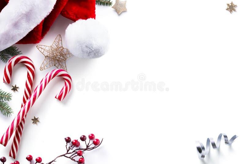 Decorações e feriados do Natal doces no fundo branco imagem de stock