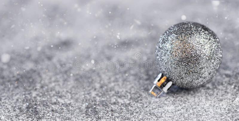 Decorações e festões da composição do Natal em um fundo brilhante fotografia de stock royalty free