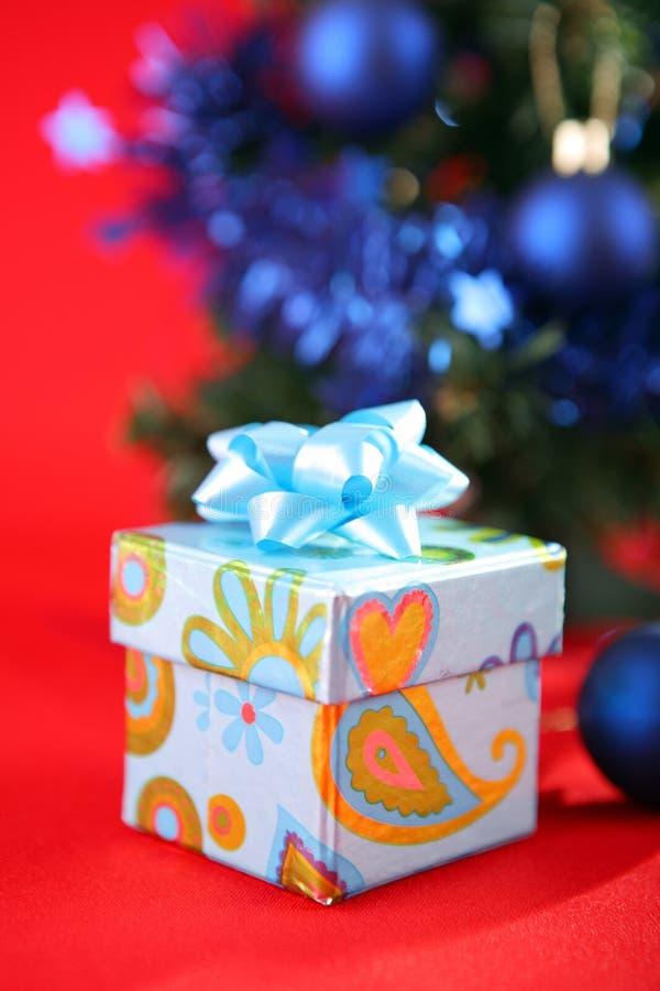 Decorações e presentes da árvore de Natal imagem de stock royalty free