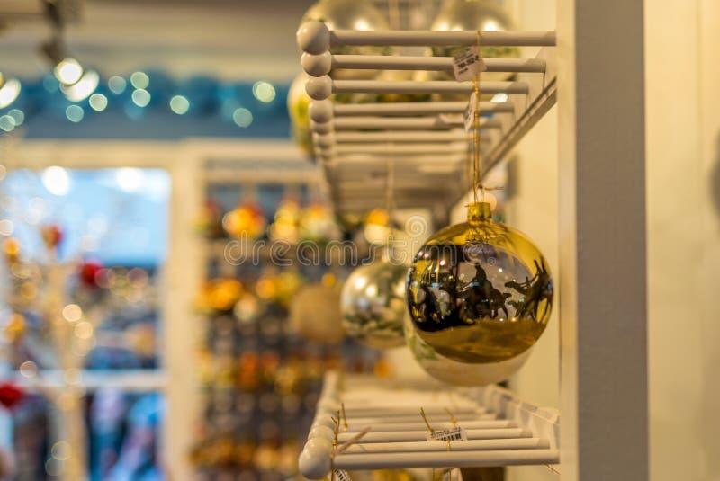 Decorações feitos à mão em um mercado do Natal fotografia de stock