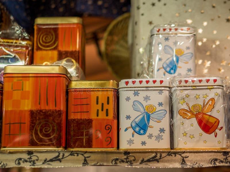 Decorações feitos à mão em um mercado do Natal foto de stock
