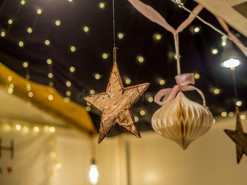 Decorações feitos à mão em um mercado do Natal imagens de stock