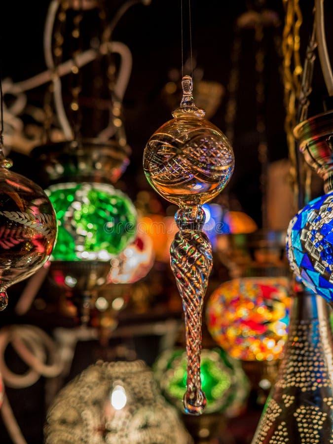 Decorações feitos à mão em um mercado do Natal fotos de stock royalty free