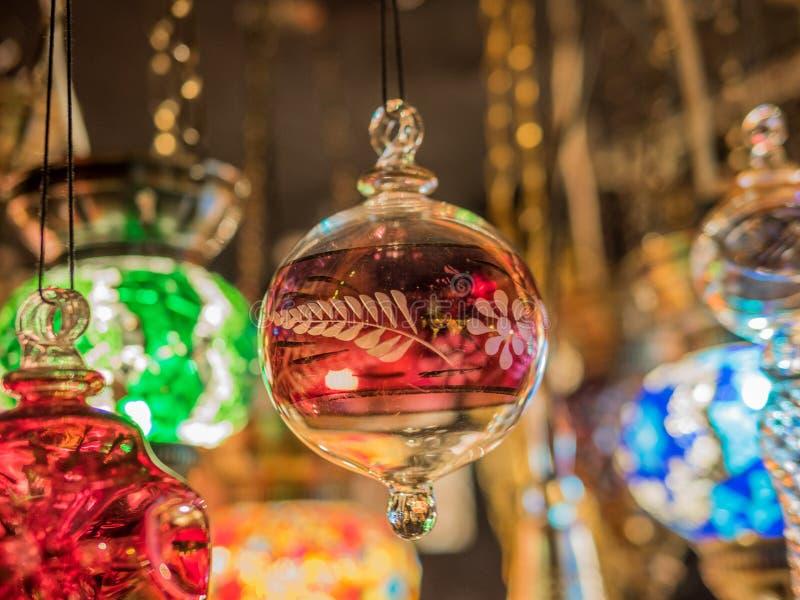 Decorações feitos à mão em um mercado do Natal foto de stock royalty free