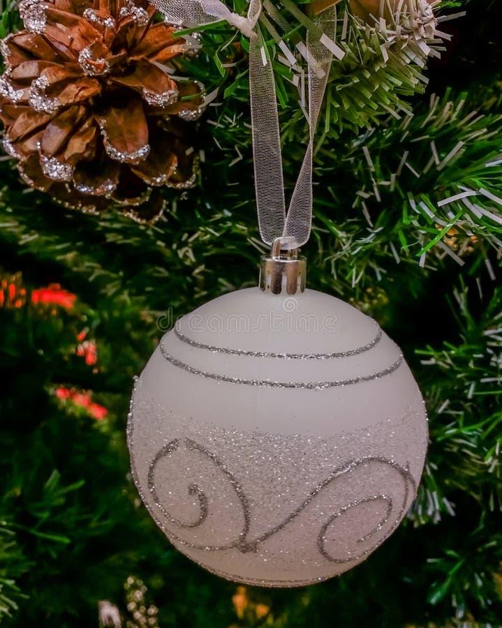 Decorações feitos à mão no mercado para o mês do Natal foto de stock