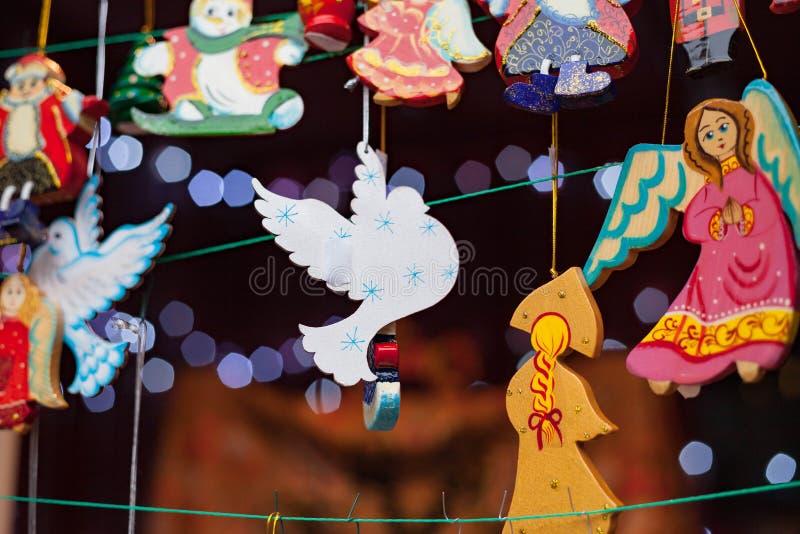 Decorações feitos à mão tradicionais do Natal no mercado do Natal imagens de stock royalty free