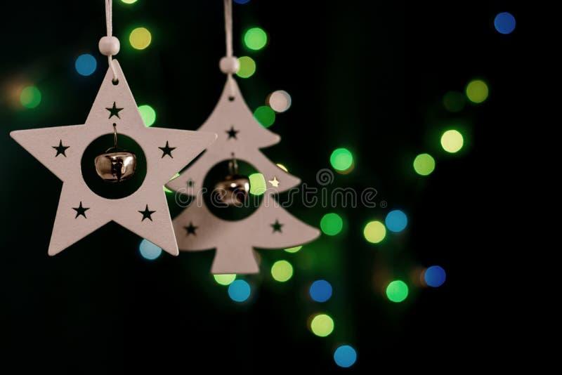 Decorações feitos a mão do Natal no fundo escuro borrado imagem de stock royalty free