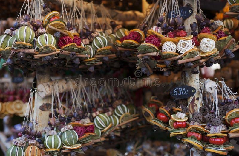 Decorações feitos a mão para a venda no mercado de rua em Budapest, Hungria fotos de stock