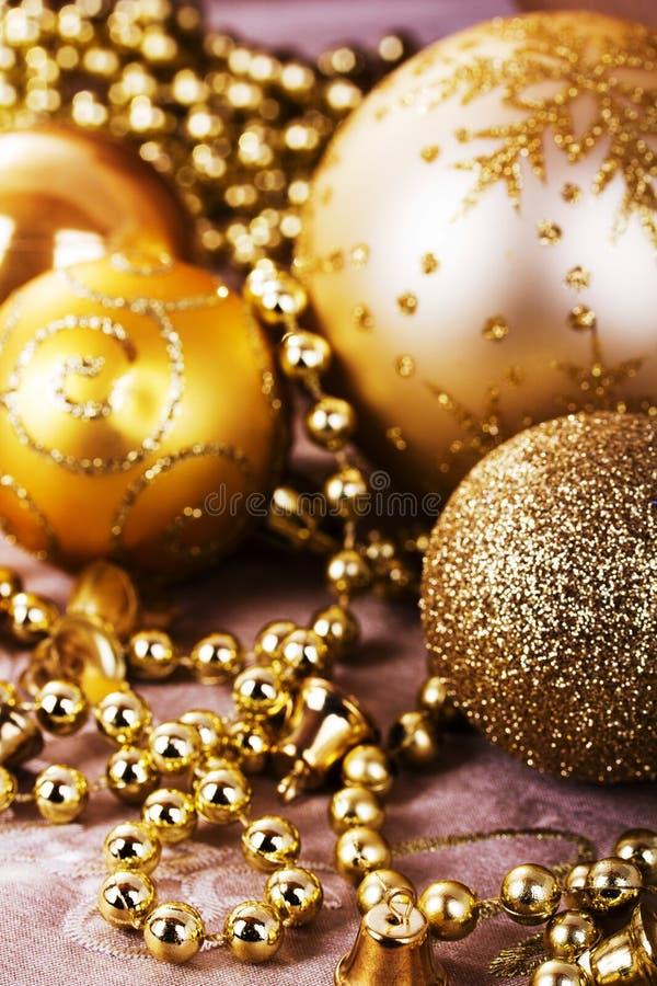 Decorações festivas do Natal do ouro no fundo da tela imagem de stock royalty free