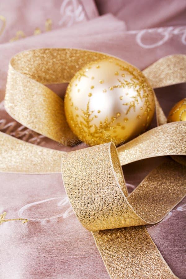 Decorações festivas do Natal do ouro no fundo da tela imagem de stock