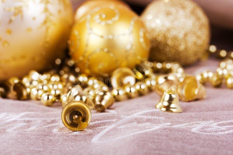 Decorações festivas do Natal do ouro no fundo da tela foto de stock royalty free