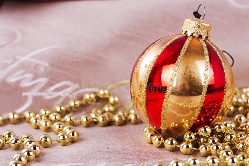 Decorações festivas do Natal do ouro no fundo da tela imagens de stock royalty free