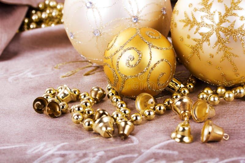 Decorações festivas do Natal do ouro no fundo da tela foto de stock