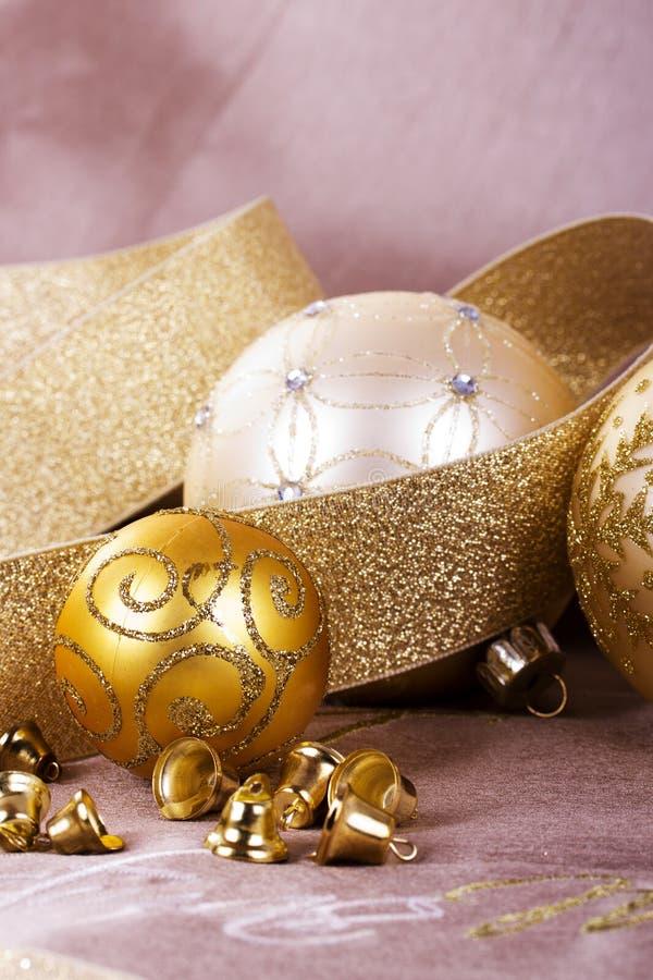 Decorações festivas do Natal do ouro no fundo da tela fotografia de stock royalty free