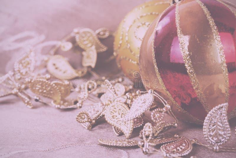 Decorações festivas do Natal do ouro no vintage do fundo da tela fotografia de stock royalty free