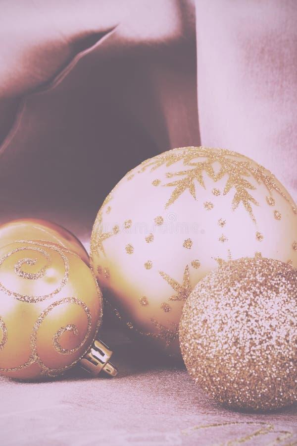 Decorações festivas do Natal do ouro no vintage do fundo da tela imagem de stock