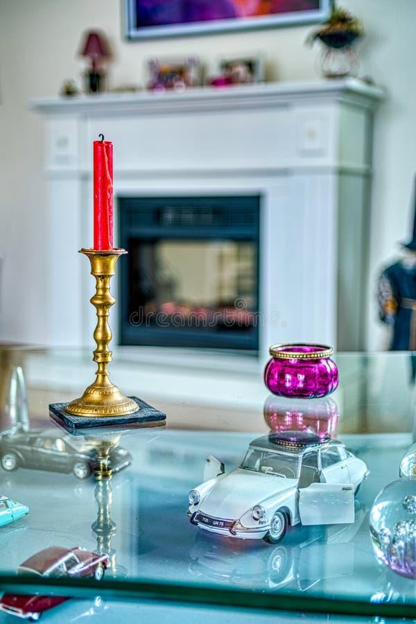 Decorações interiores em uma tabela de vidro com velas fotos de stock